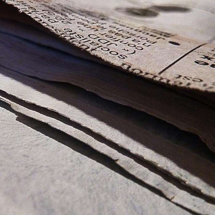 Feuilles de papier journal encollées