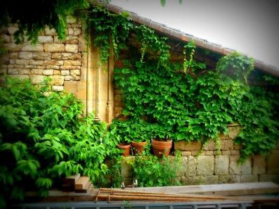 """Le """"gîte"""", printemps-été 2012, murs incluant les vestiges d'une des premières églises de Melle"""