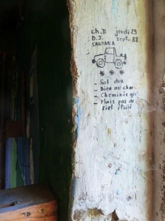 """Le dernier """"ermite"""" du Vieux Noyers est parti, graffiti de l'époque de son installation..."""
