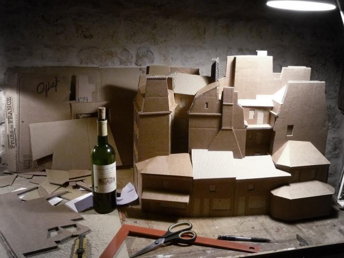 Maquette et carton et bouteille de vin